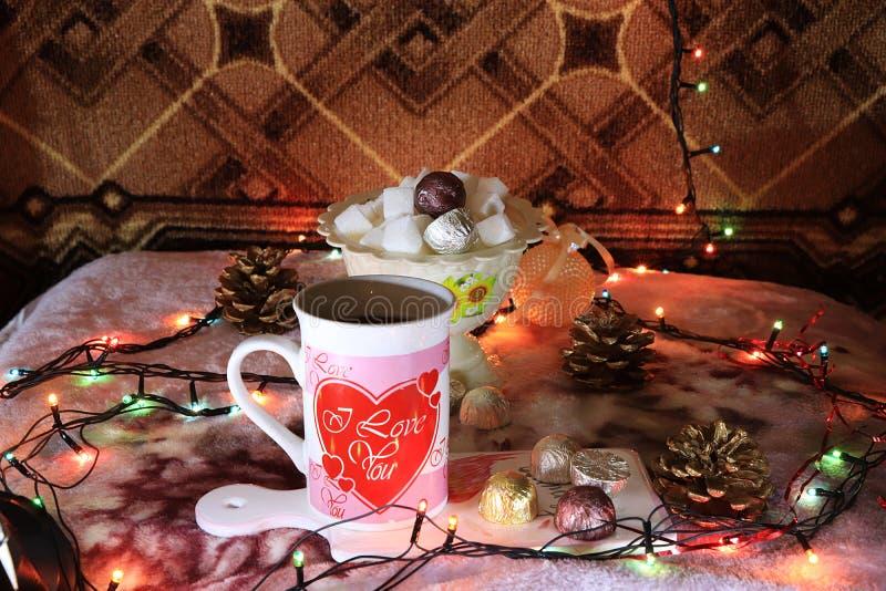 Τσάι βραδιού σε ένα άνετο σπίτι, ημέρα του βαλεντίνου, συγχαρητήρια την ημέρα του βαλεντίνου στοκ φωτογραφία
