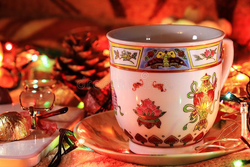 Τσάι βραδιού σε ένα άνετο σπίτι, ημέρα του βαλεντίνου, συγχαρητήρια την ημέρα του βαλεντίνου στοκ εικόνα