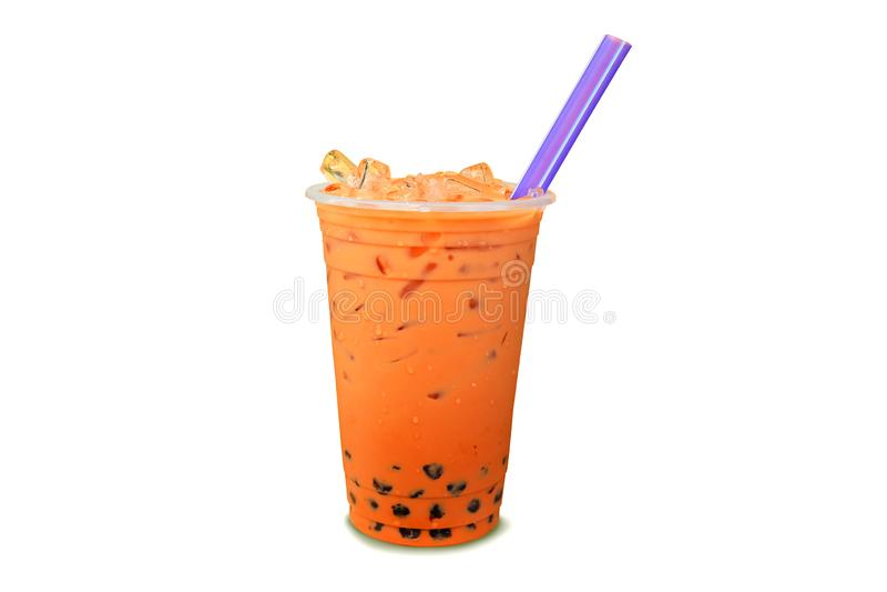Τσάι γάλακτος φυσαλίδων μαργαριταριών με τον πάγο στο πλαστικό φλυτζάνι που απομονώνεται στο λευκό στοκ φωτογραφία με δικαίωμα ελεύθερης χρήσης