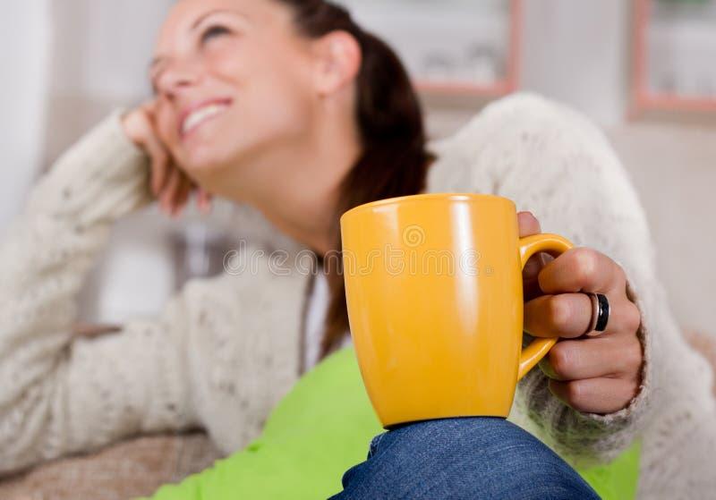 τσάι εκμετάλλευσης κο&rho στοκ εικόνα με δικαίωμα ελεύθερης χρήσης