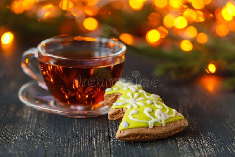 Τσάι και μπισκότα με τα φω'τα στο υπόβαθρο, εκλεκτική εστίαση στοκ φωτογραφία