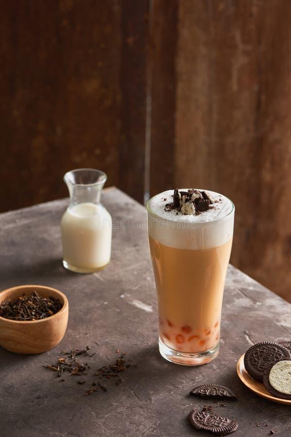Τσάι και φυσαλίδα γάλακτος τυριών πάγου με τα μπισκότα σοκολάτας στοκ εικόνα με δικαίωμα ελεύθερης χρήσης