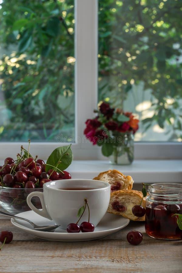 Τσάι και croissant με τη μαρμελάδα κερασιών στοκ εικόνες με δικαίωμα ελεύθερης χρήσης