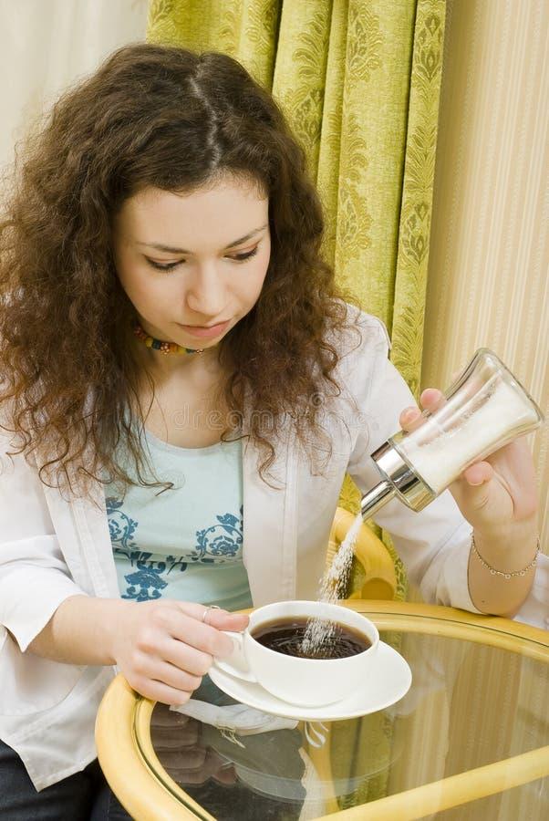 τσάι κοριτσιών ποτών στοκ φωτογραφία με δικαίωμα ελεύθερης χρήσης