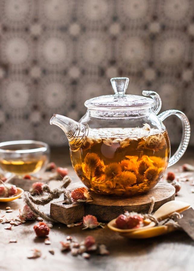 Τσάι λουλουδιών τριφυλλιού στο φλυτζάνι και teapot γυαλιού στοκ φωτογραφίες