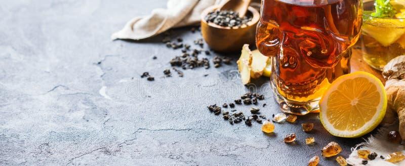 Τσάι μεντών λεμονιών πιπεροριζών για αποκριές στο βάζο κρανίων στοκ εικόνα