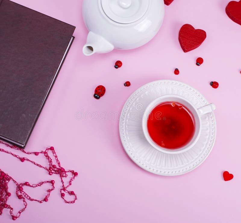 Τσάι με τα μούρα του viburnum σε ένα άσπρο κεραμικό φλυτζάνι με το πιατάκι στοκ εικόνες με δικαίωμα ελεύθερης χρήσης