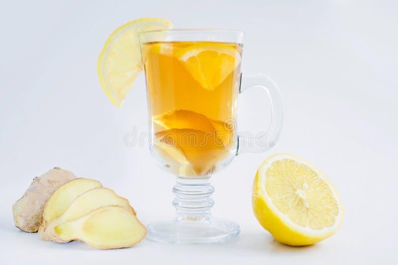 Τσάι με το λεμόνι και πιπερόριζα σε ένα άσπρο υπόβαθρο στοκ εικόνα