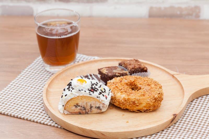 Τσάι πάγου και doughnut, κέικ, brownie στοκ φωτογραφίες