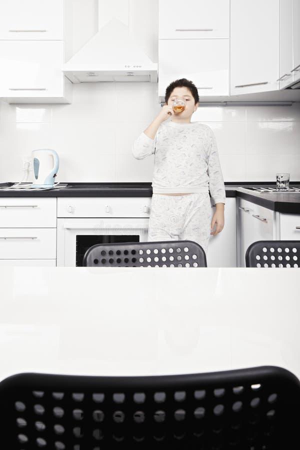 Τσάι πάγου κατανάλωσης παιδιών στοκ φωτογραφία με δικαίωμα ελεύθερης χρήσης