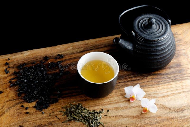 Τσάι που τίθεται ασιατικό στο μπαμπού στοκ εικόνα με δικαίωμα ελεύθερης χρήσης