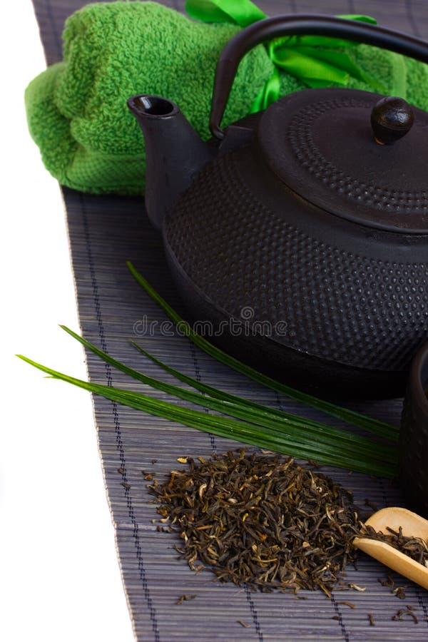 Τσάι που τίθεται ασιατικό στο χαλί μπαμπού στοκ φωτογραφία