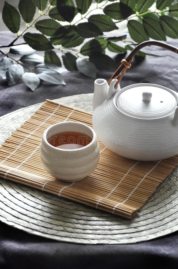Τσάι που τίθεται καυτό στο χαλί μπαμπού στοκ φωτογραφία