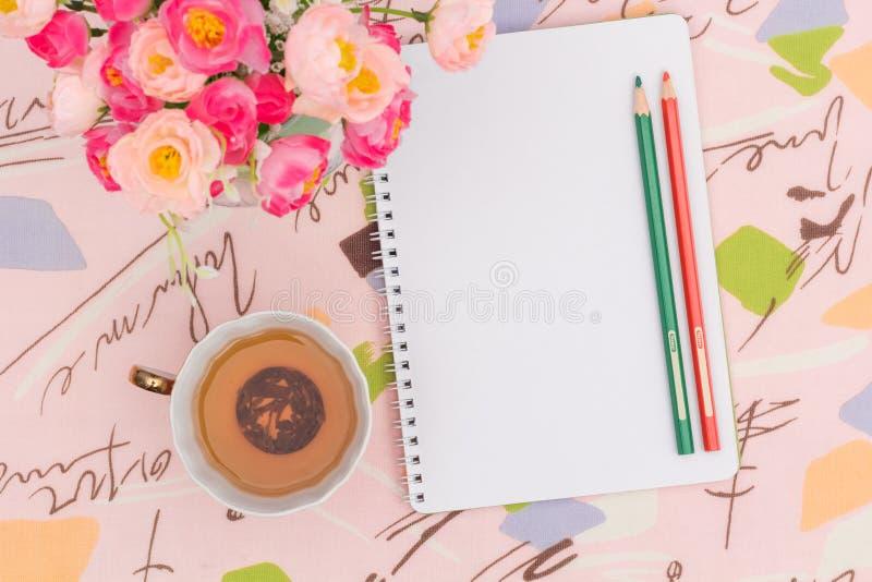Τσάι πρωινού και πράσινες σημειώσεις στοκ εικόνα