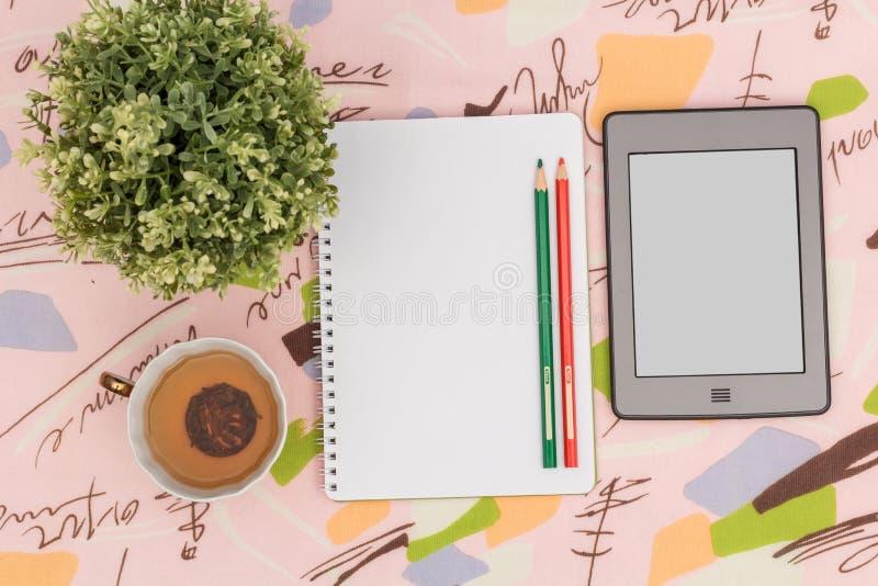 Τσάι πρωινού και πράσινες σημειώσεις στοκ φωτογραφία με δικαίωμα ελεύθερης χρήσης