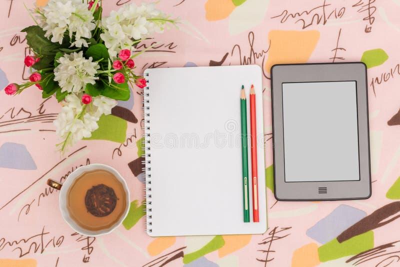 Τσάι πρωινού και πράσινες σημειώσεις στοκ φωτογραφία