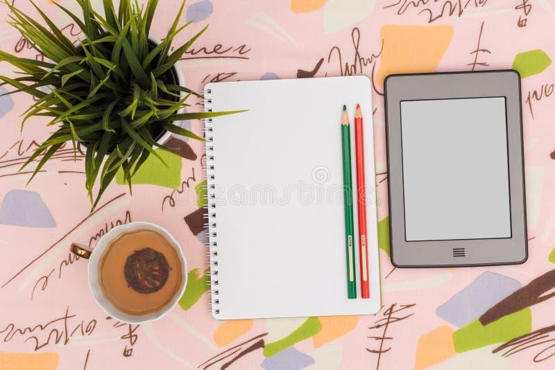 Τσάι πρωινού και πράσινες σημειώσεις στοκ φωτογραφίες