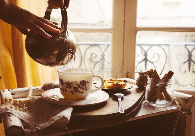 Τσάι πρωινού με τα εκλεκτής ποιότητας στηρίγματα τσαγιού στοκ φωτογραφίες με δικαίωμα ελεύθερης χρήσης