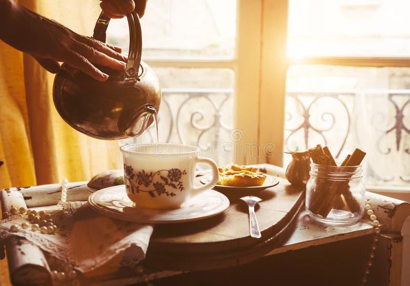 Τσάι πρωινού με τα εκλεκτής ποιότητας στηρίγματα τσαγιού στοκ εικόνες με δικαίωμα ελεύθερης χρήσης