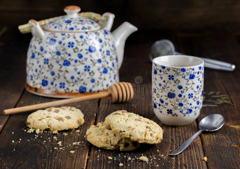 Τσάι πρωινού με το ζεύγος των γλυκών μπισκότων στοκ φωτογραφία με δικαίωμα ελεύθερης χρήσης