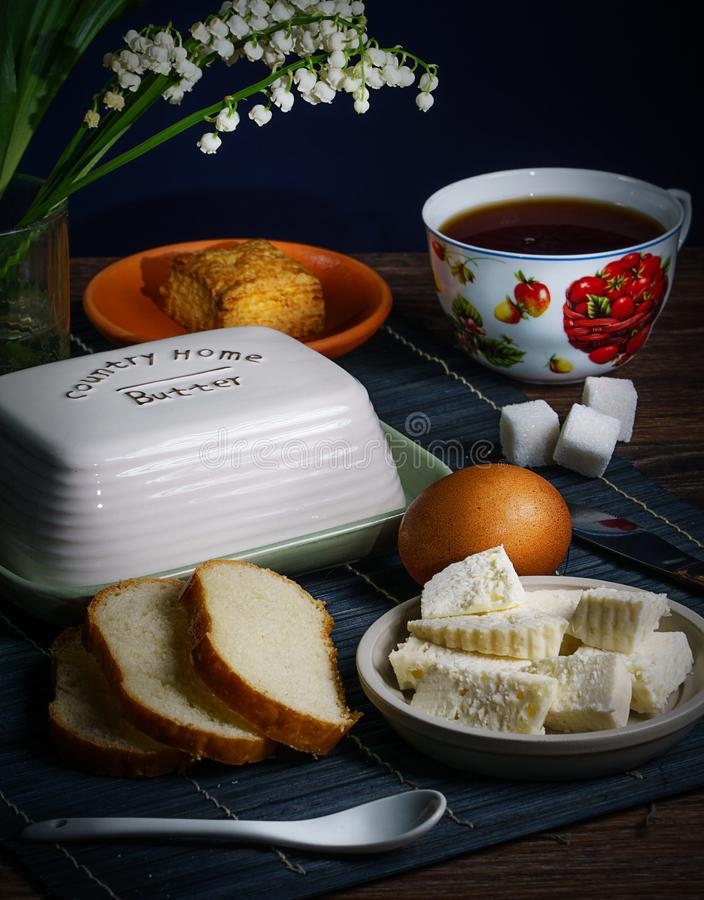Τσάι πρωινού με το τυρί και το αυγό στοκ εικόνα με δικαίωμα ελεύθερης χρήσης