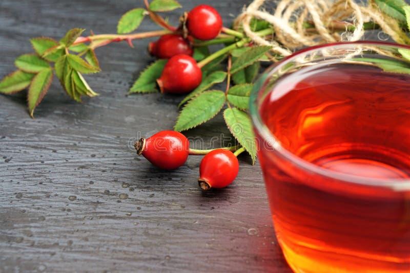Τσάι ροδαλών ισχίων με το οργανικό μούρο στο μαύρο υπόβαθρο στοκ φωτογραφίες με δικαίωμα ελεύθερης χρήσης