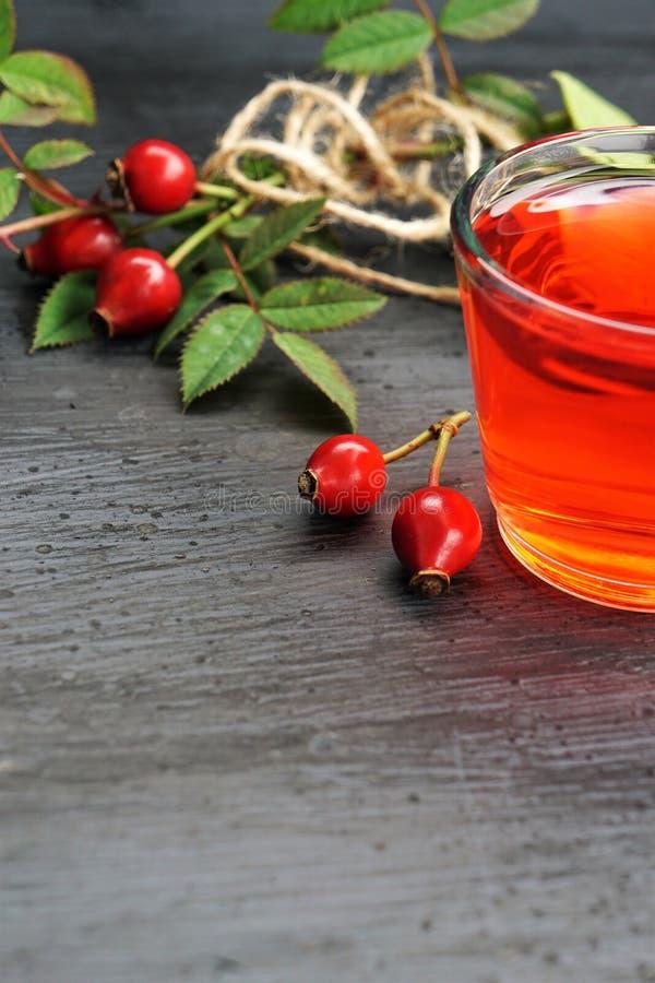 Τσάι ροδαλών ισχίων με το οργανικό μούρο στο μαύρο υπόβαθρο στοκ φωτογραφία με δικαίωμα ελεύθερης χρήσης