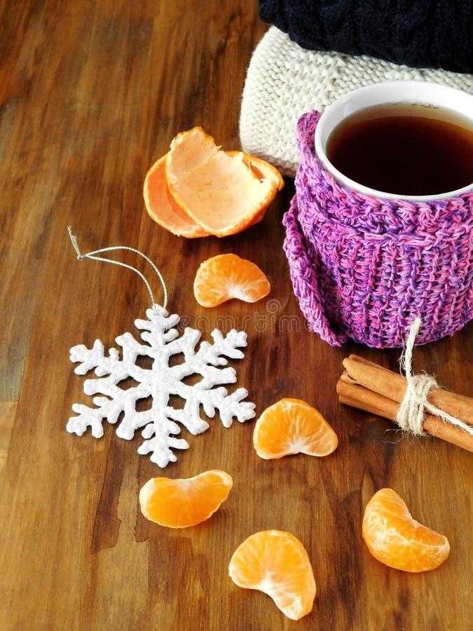Τσάι σε μια κούπα που τυλίγεται στο μικροσκοπικό μαντίλι στοκ εικόνες με δικαίωμα ελεύθερης χρήσης