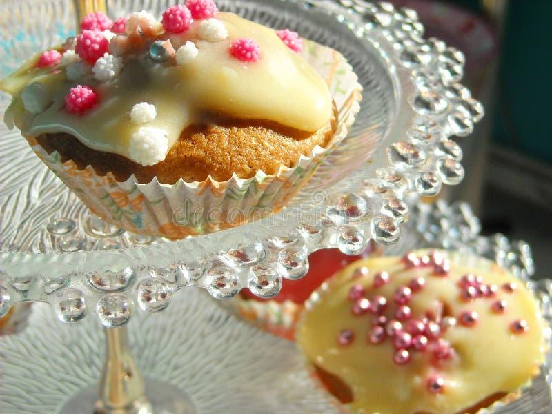 τσάι συμβαλλόμενων μερών γενεθλίων cupcakes στοκ εικόνες
