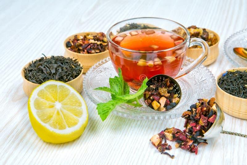 Τσάι, φλυτζάνι του τσαγιού, διάφορα είδη τσαγιού, τσάι στον πίνακα στοκ εικόνα