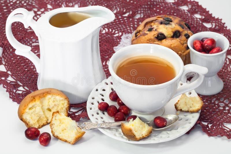 Τσάι, muffins και φρέσκα τα βακκίνια στοκ φωτογραφία