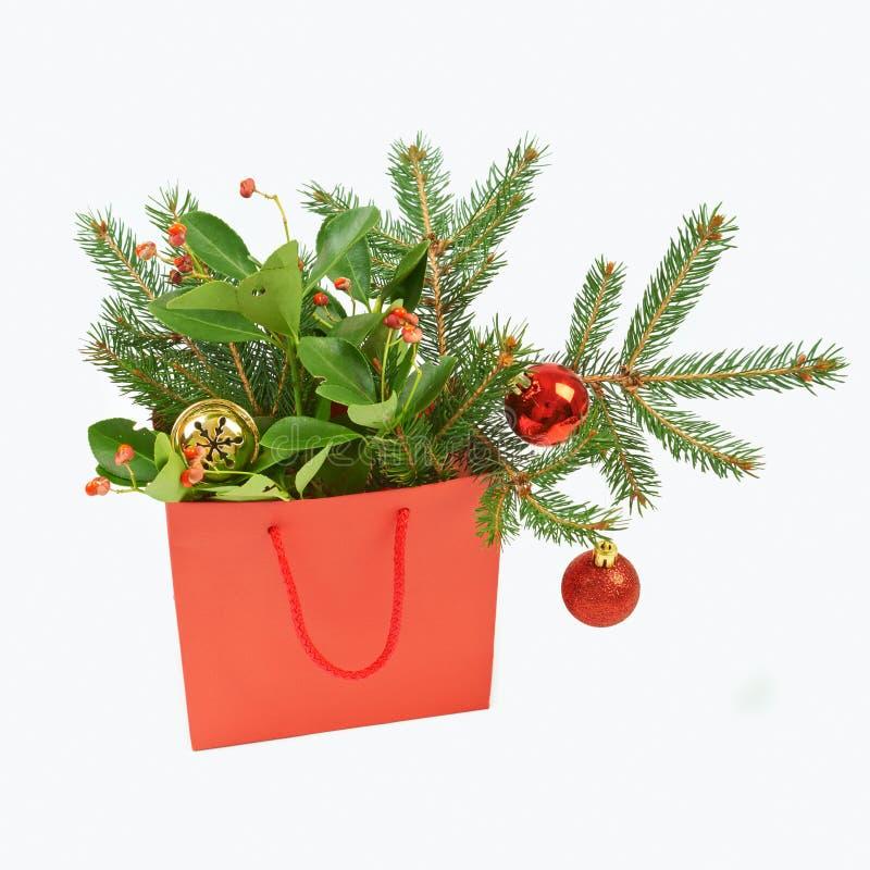 Τσάντα αγορών εγγράφου με τις διακοσμήσεις Χριστουγέννων στο άσπρο backgroun στοκ φωτογραφίες με δικαίωμα ελεύθερης χρήσης