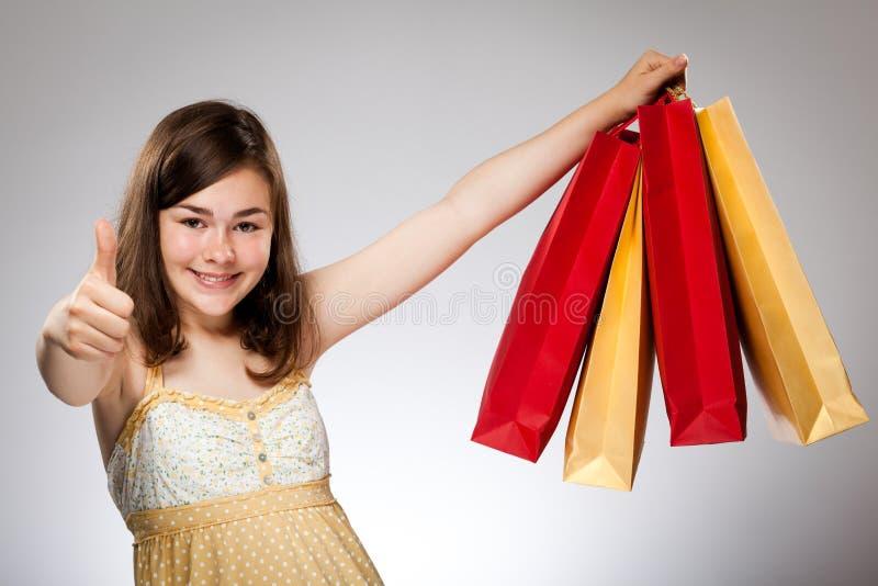 Τσάντα αγορών εκμετάλλευσης κοριτσιών στοκ φωτογραφίες