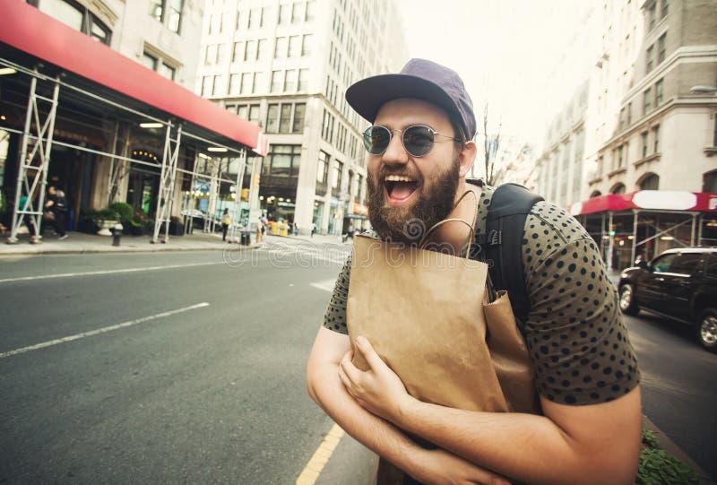 Τσάντα αγορών εκμετάλλευσης ατόμων σε Soho, Μανχάταν, Νέα Υόρκη στοκ εικόνα