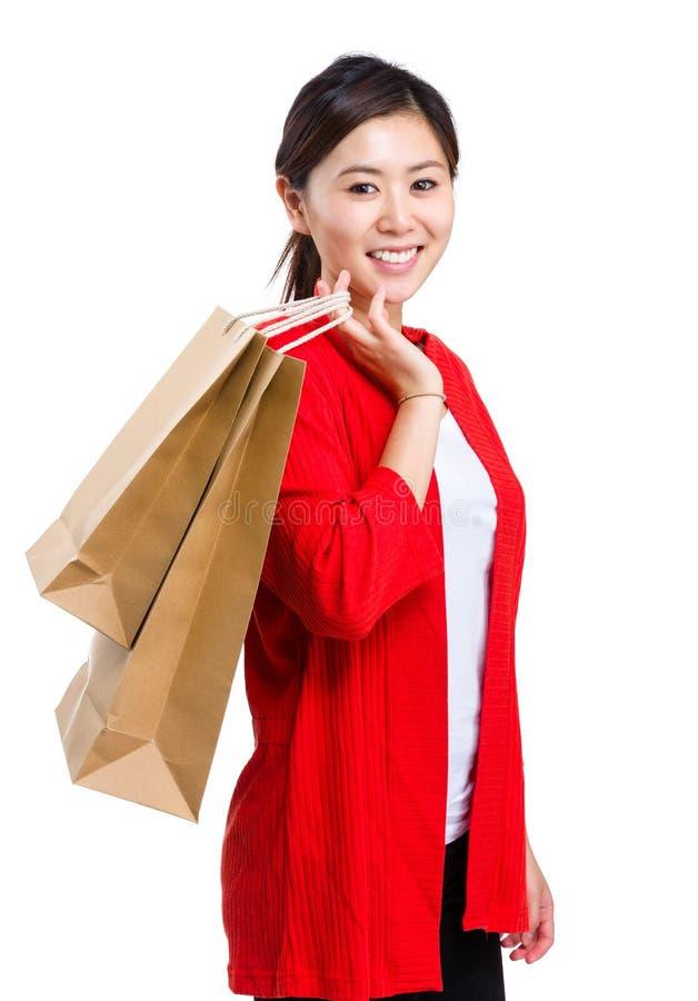 Τσάντα αγορών εκμετάλλευσης γυναικών αγοραστών στοκ εικόνες