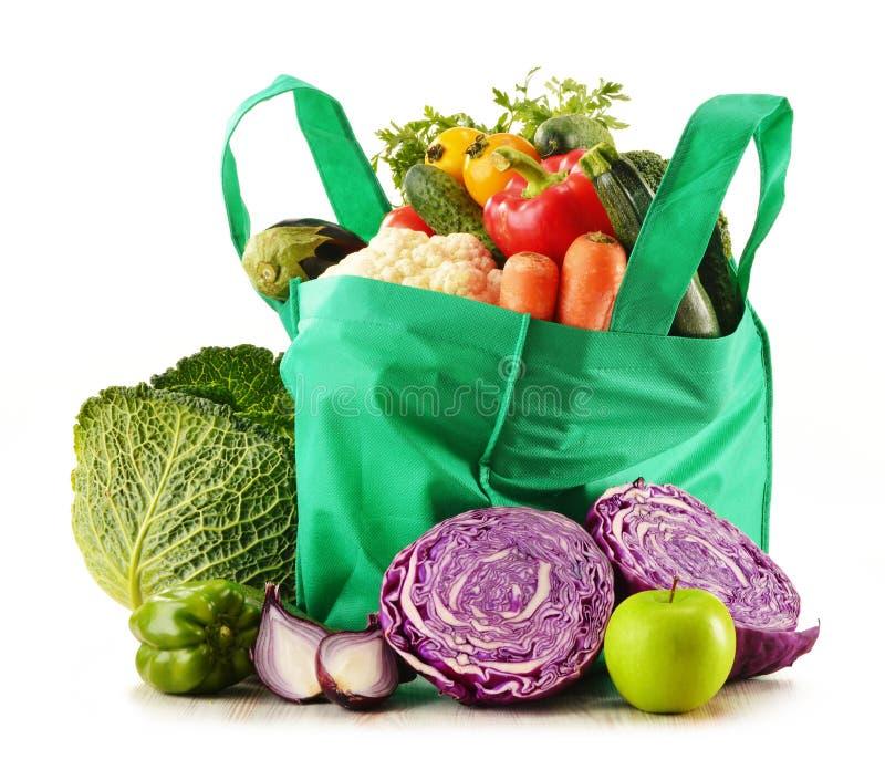 Τσάντα αγορών με την ποικιλία των φρέσκων οργανικών λαχανικών στοκ φωτογραφίες