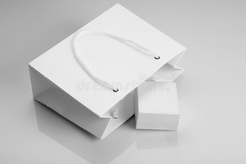 Τσάντα αγορών της Λευκής Βίβλου και κιβώτιο κοσμήματος για τα πρότυπα στοκ φωτογραφίες με δικαίωμα ελεύθερης χρήσης