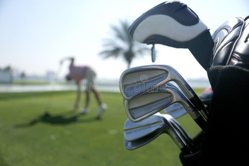 Τσάντα γκολφ με τις λέσχες στο σχέδιο και με το φορέα πριν από την ταλά στοκ φωτογραφίες