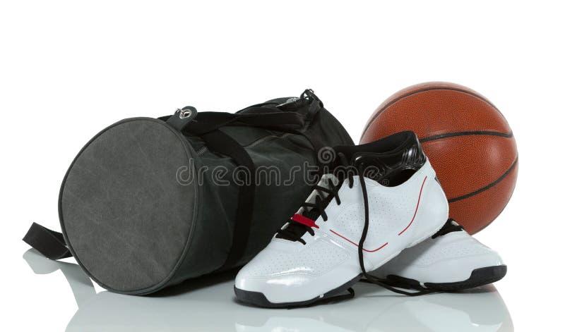 Τσάντα γυμναστικής με την καλαθοσφαίριση και τα παπούτσια στοκ εικόνα με δικαίωμα ελεύθερης χρήσης
