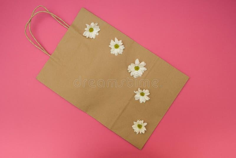 Τσάντα εγγράφου για έναν shopaholic στοκ φωτογραφία με δικαίωμα ελεύθερης χρήσης