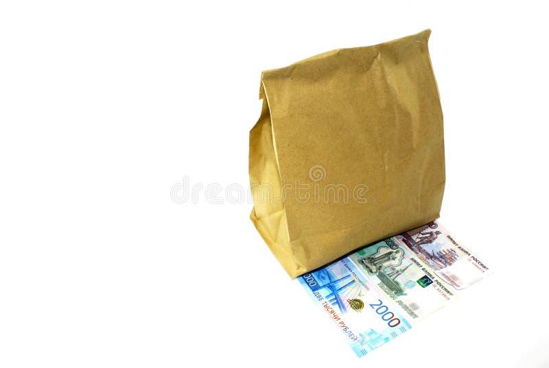 Τσάντα εγγράφου και χρήματα εγγράφου στο άσπρο υπόβαθρο στοκ φωτογραφίες