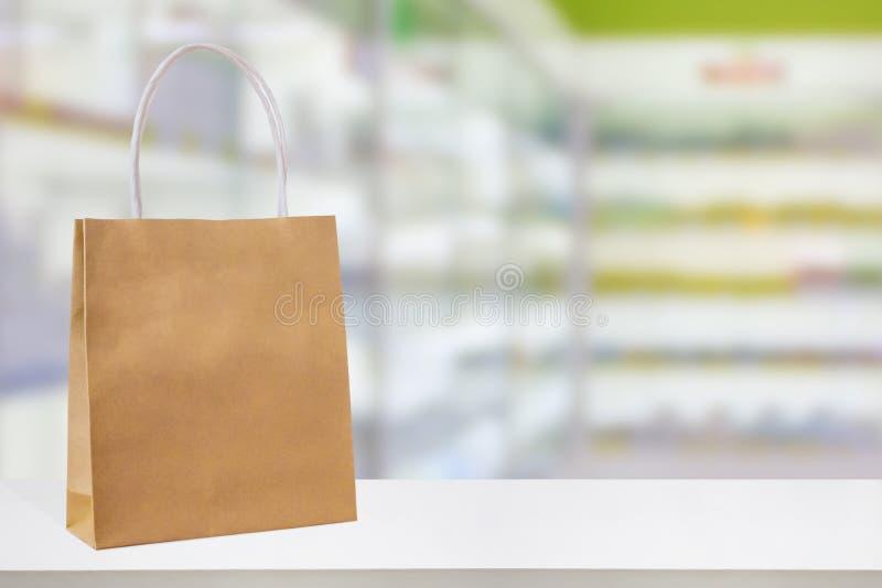 Τσάντα εγγράφου στον αντίθετο πίνακα φαρμακείων φαρμακείων στοκ φωτογραφίες