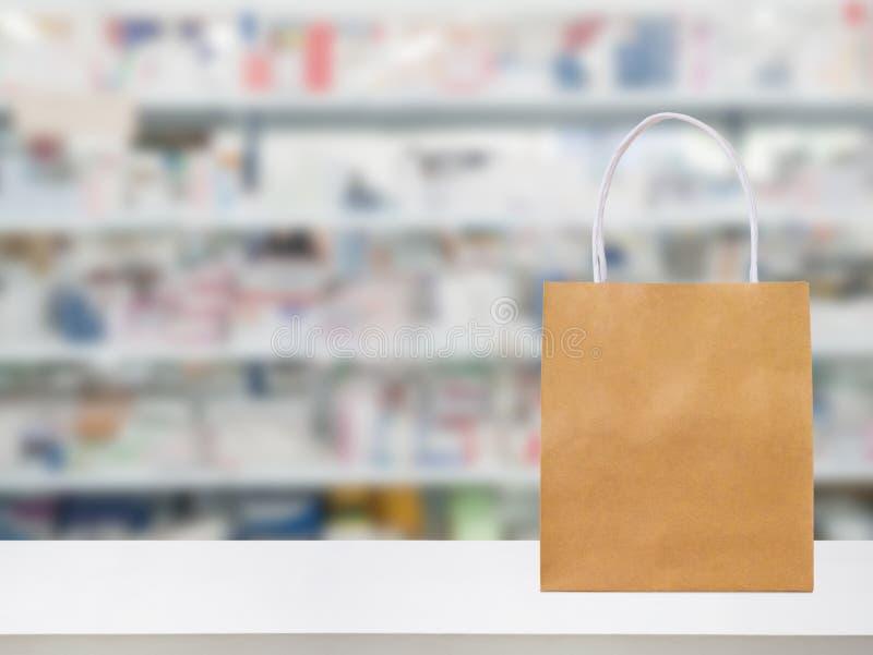 Τσάντα εγγράφου στον αντίθετο πίνακα φαρμακείων φαρμακείων με την ιατρική στοκ φωτογραφία