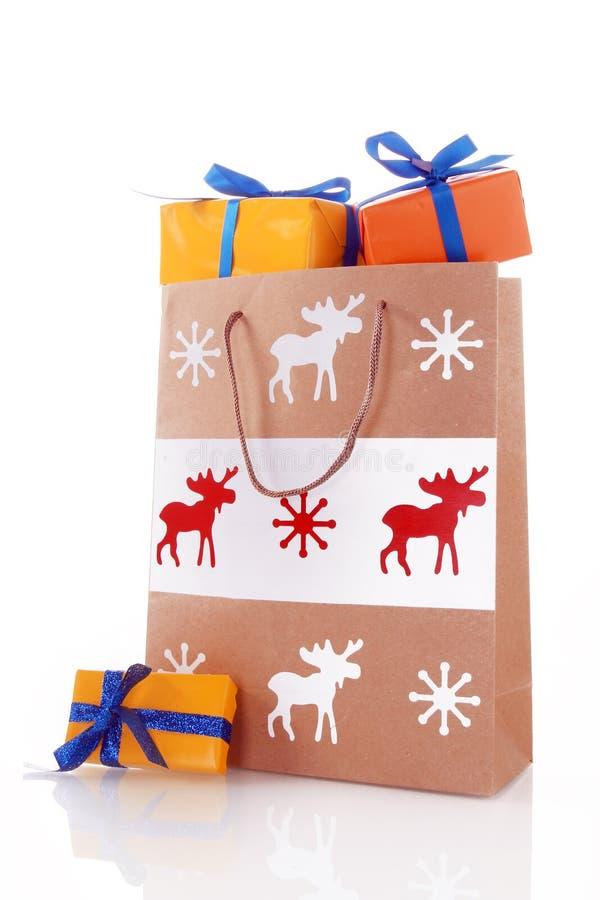 Τσάντα εγγράφου Χριστουγέννων με τα κιβώτια δώρων στοκ εικόνες