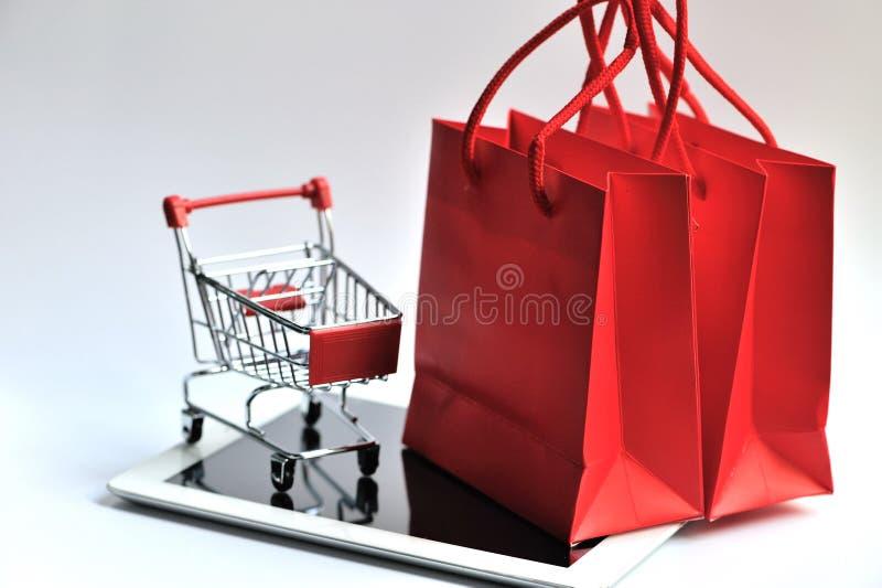 Τσάντα και κάρρο αγορών με το μαξιλάρι στοκ φωτογραφίες