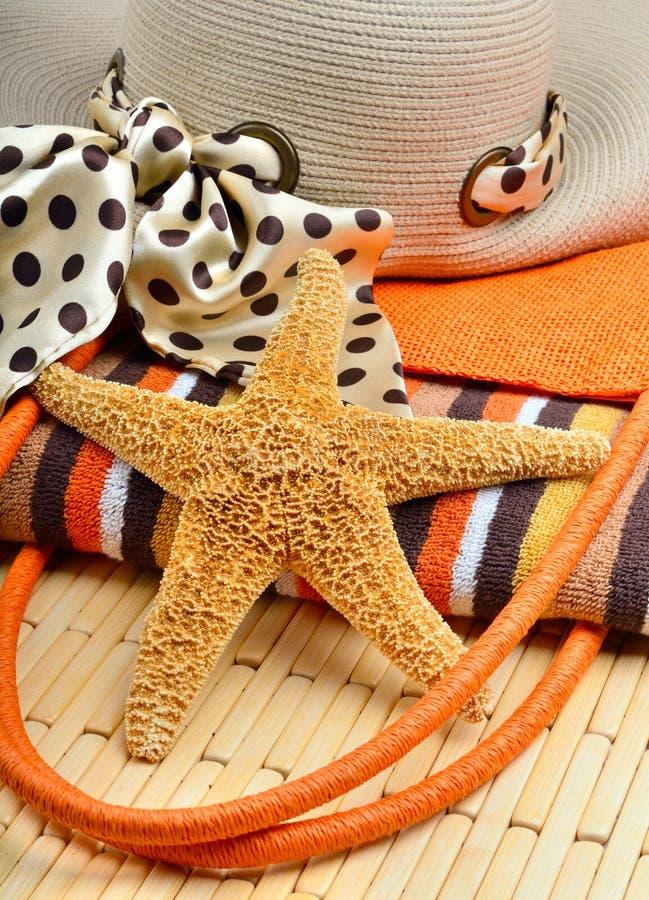 Τσάντα και καπέλο παραλιών με την πετσέτα και τον αστερία στοκ φωτογραφία με δικαίωμα ελεύθερης χρήσης
