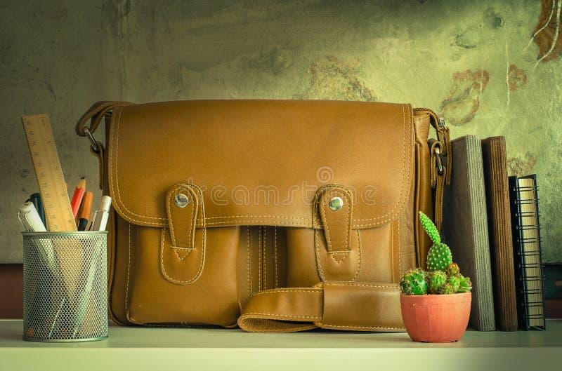 Τσάντα και στάσιμος στον πίνακα στοκ εικόνες με δικαίωμα ελεύθερης χρήσης