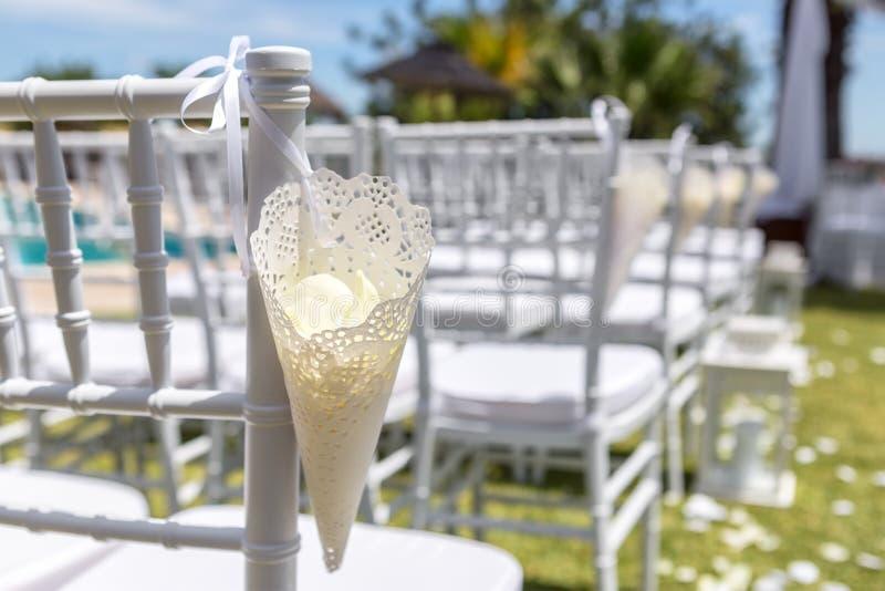 Τσάντα κώνων εγγράφου με τα ροδαλά πέταλα για τη διακόσμηση της γαμήλιας τελετής στοκ φωτογραφία με δικαίωμα ελεύθερης χρήσης