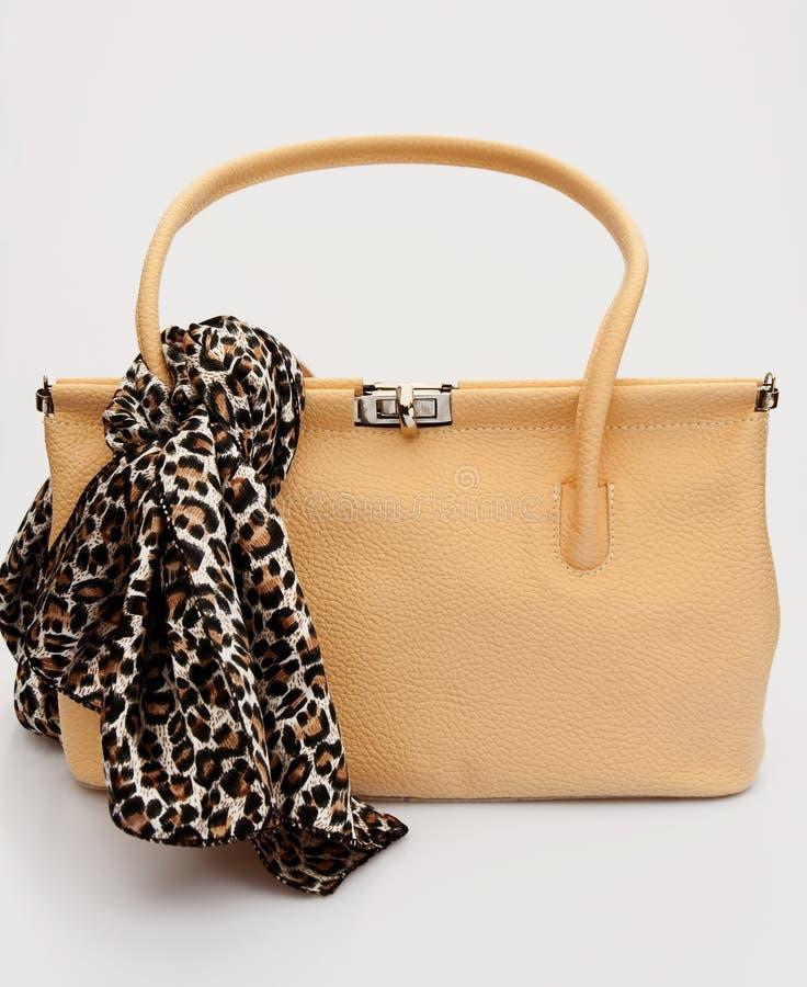 Τσάντα με διαμορφωμένο το leopard μαντίλι στοκ εικόνες