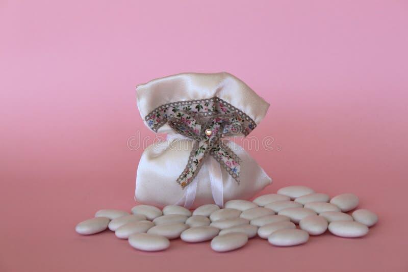 Τσάντα με τα γλυκαμένα αμύγδαλα για μια νέα γέννηση με το copyspace στοκ φωτογραφίες